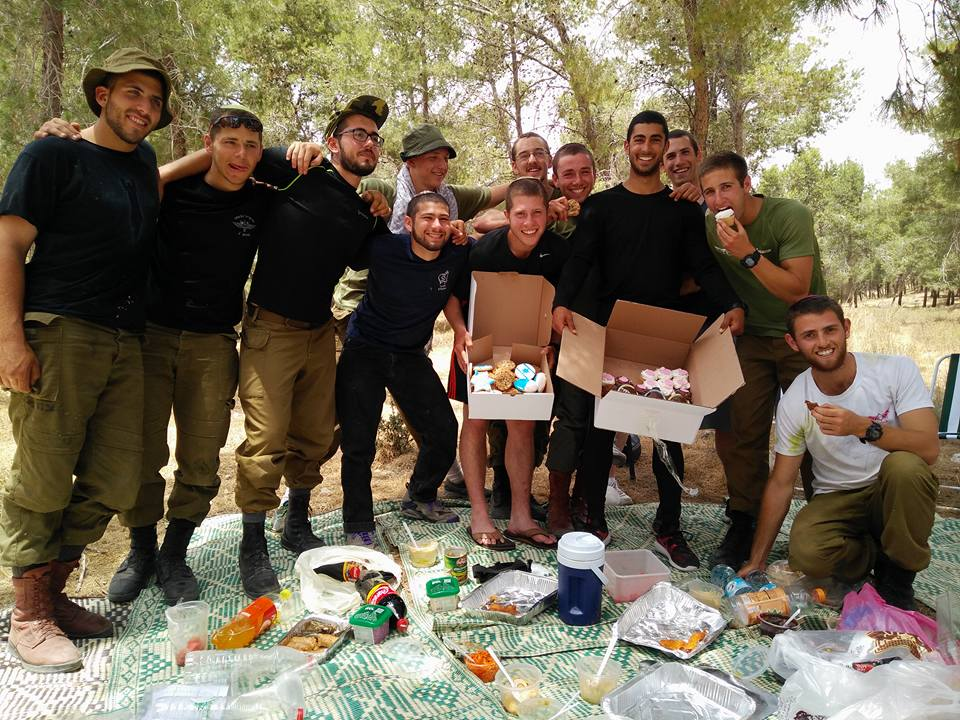 IDF soldiers in B uniforms having a picnic in the park